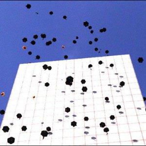 G.I.ジョーの一大落下傘部隊を高層ビルからをバラまく動画