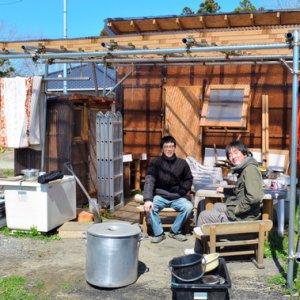 生活費は月3万―5万円 自作の小屋で暮らす若者たち