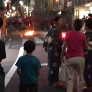 東京都杉並区でお祭りのパレード中に火炎瓶が投げ込まれ1人が重体