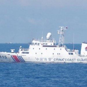 尖閣諸島周辺に武装した中国海警局の船6隻と中国漁船約230隻が集結
